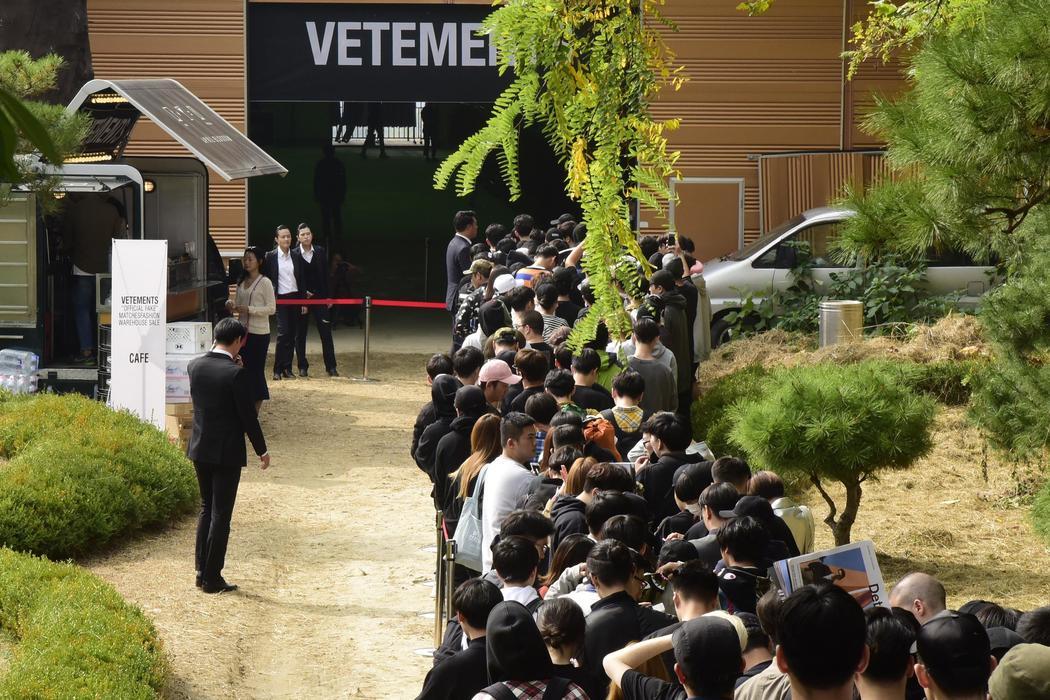 """File d'attente pour l'ouverture de """"Original Fakes"""" par VETEMENT, Octobre 2016"""