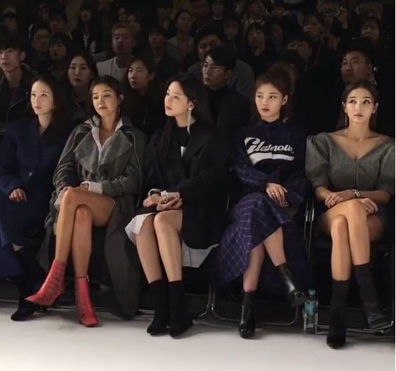 Kim Yoojung en tenue YCH (deuxième à droite)